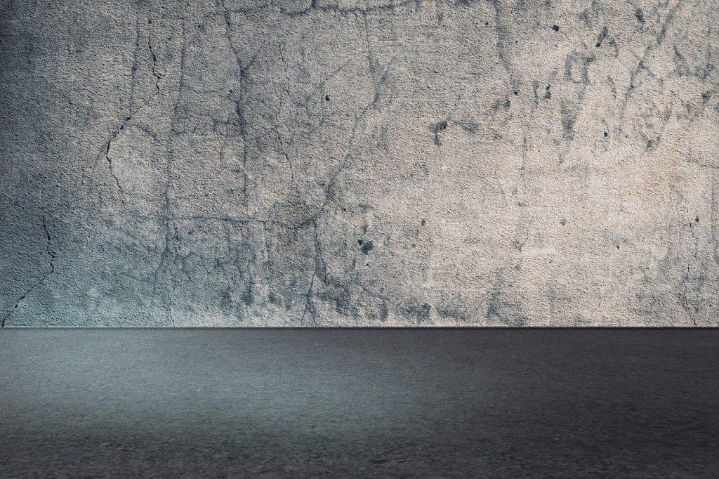 Beton na ścianie. Czy kładzenie tynku ozdobnego jest trudne?