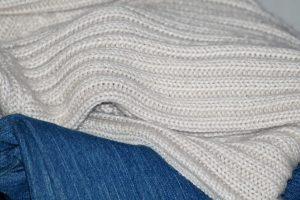 Jak nosić męskie swetry?