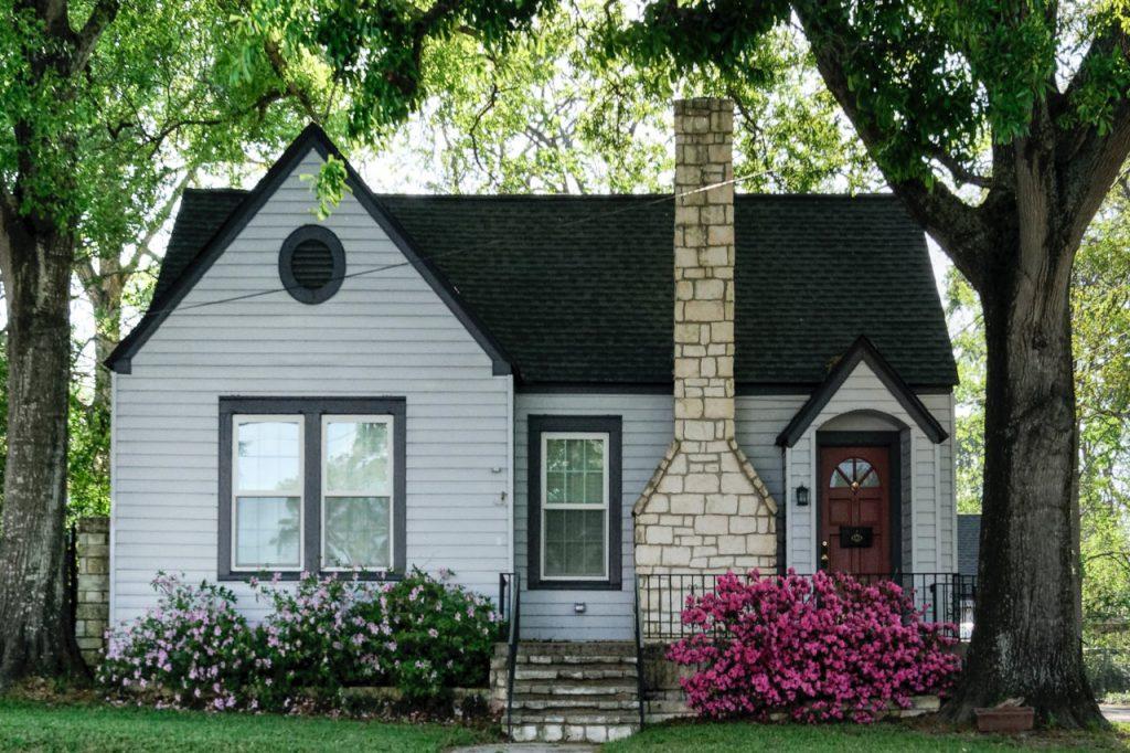 Projekty domów jednorodzinnych z kosztorysem – zadbaj o swój budżet!